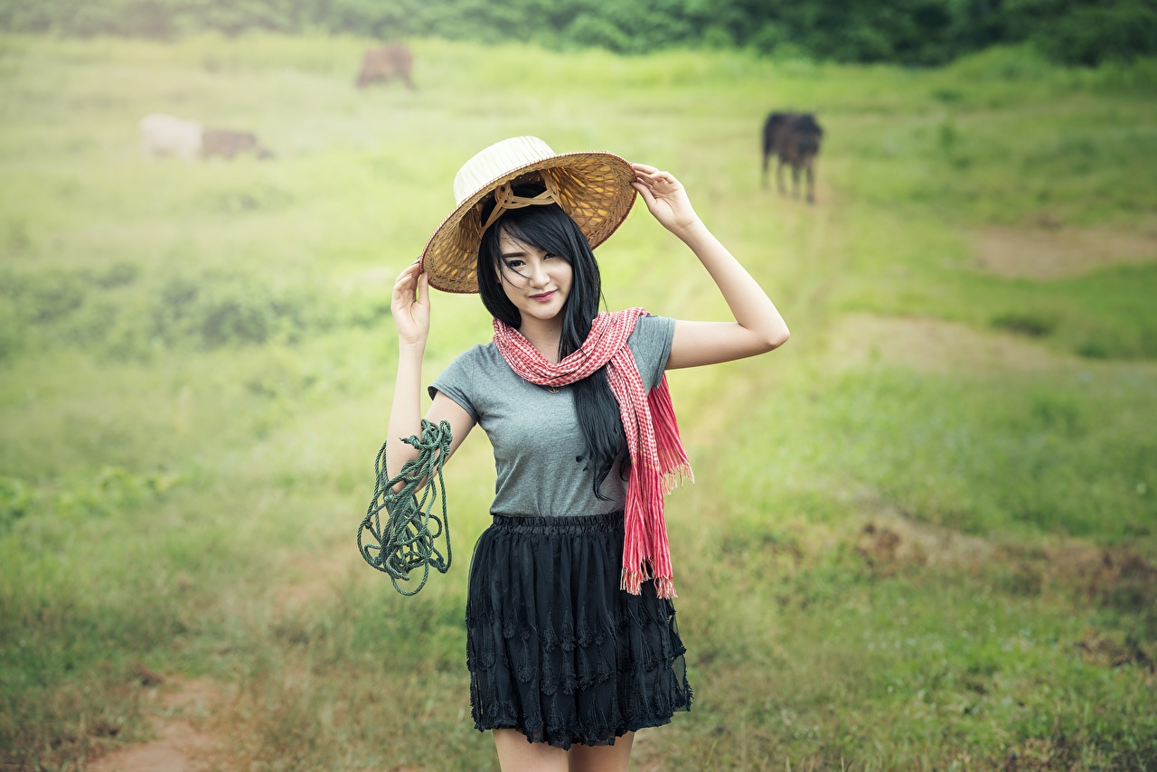 Картинки Брюнетка Тропа Шляпа Девушки Азиаты Трава тропинка