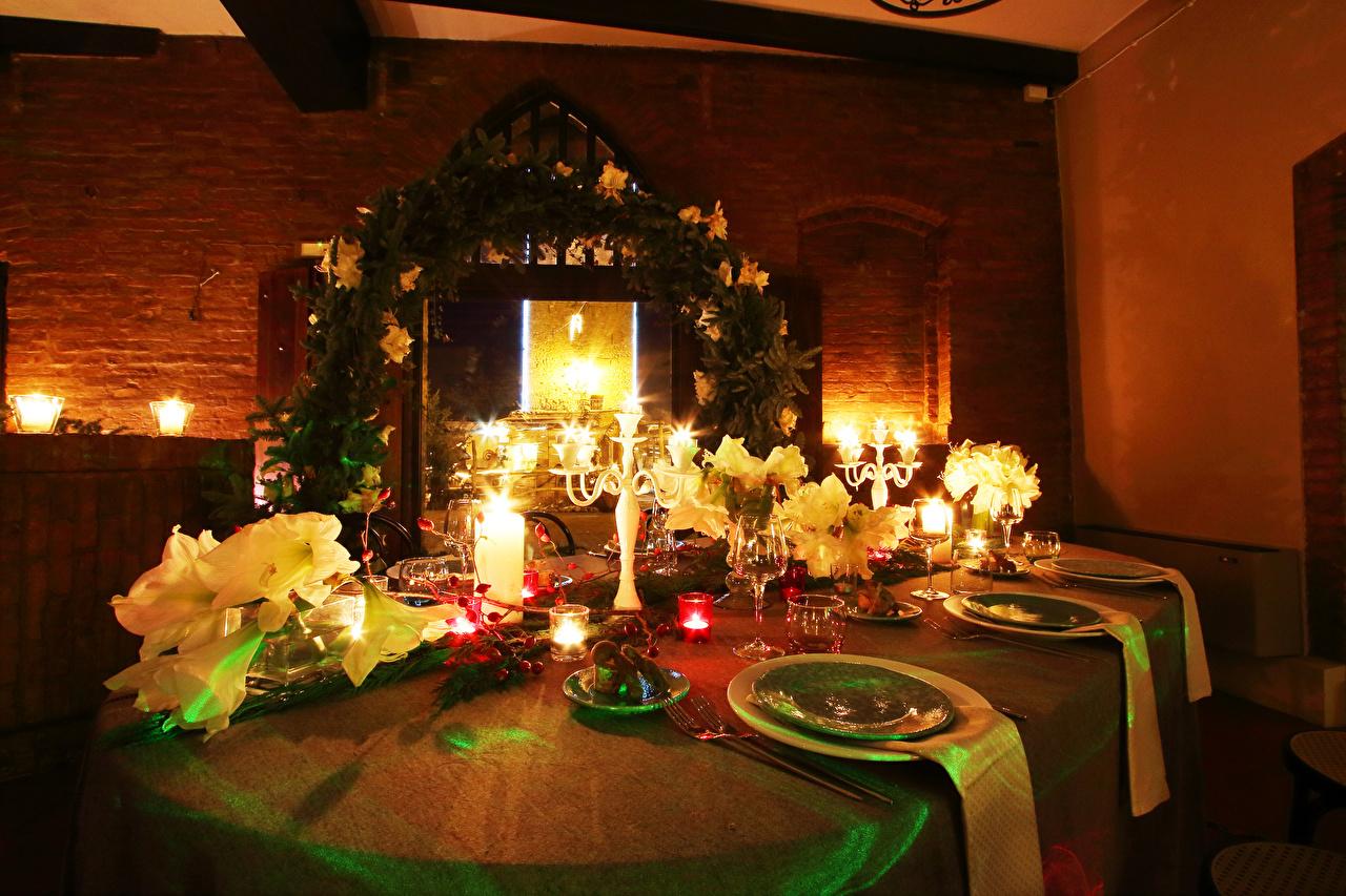 Фото Новый год Свечи стола Бокалы Тарелка Продукты питания Сервировка Рождество Еда Пища Стол столы бокал тарелке накрытия стола