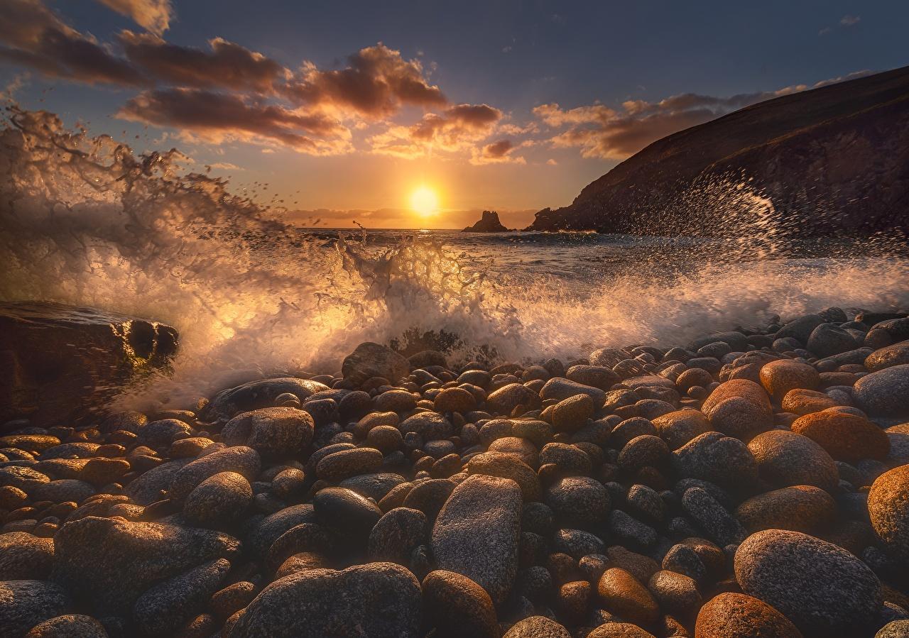 Картинки Море Солнце Природа Волны с брызгами рассвет и закат Камни солнца Брызги Рассветы и закаты Камень