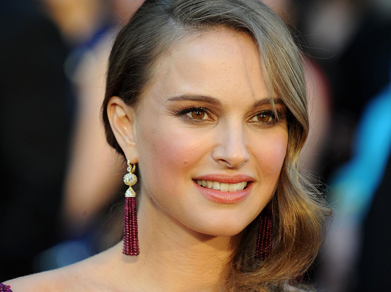 Обои для рабочего стола Натали Портман Улыбка серег смотрит Знаменитости Natalie Portman улыбается Серьги Взгляд смотрят