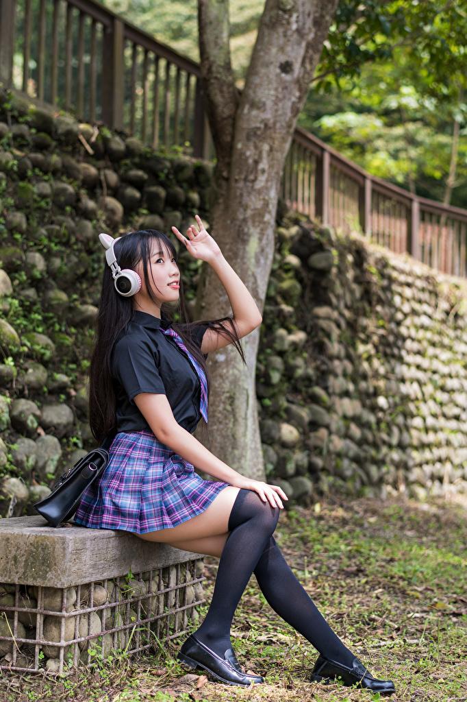 Картинки Гольфы Школьницы в наушниках молодые женщины азиатка сидящие униформе  для мобильного телефона гольфах ученица Наушники Школьница девушка Девушки молодая женщина Азиаты азиатки сидя Сидит Униформа