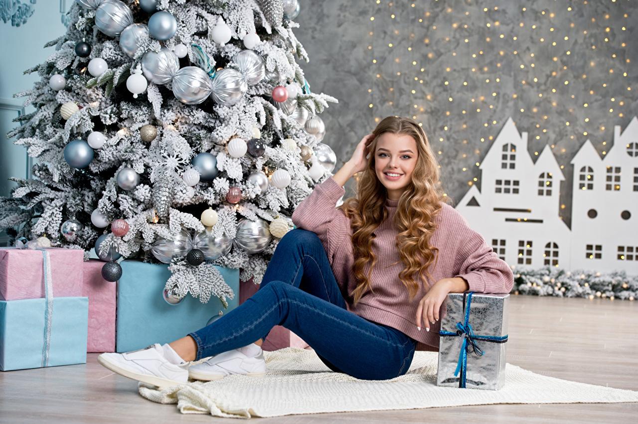 Картинки блондинок Рождество Улыбка Красивые Девушки Новогодняя ёлка Джинсы подарок Шарики Новый год Блондинка блондинки улыбается красивый красивая Елка девушка молодые женщины молодая женщина джинсов Подарки подарков Шар