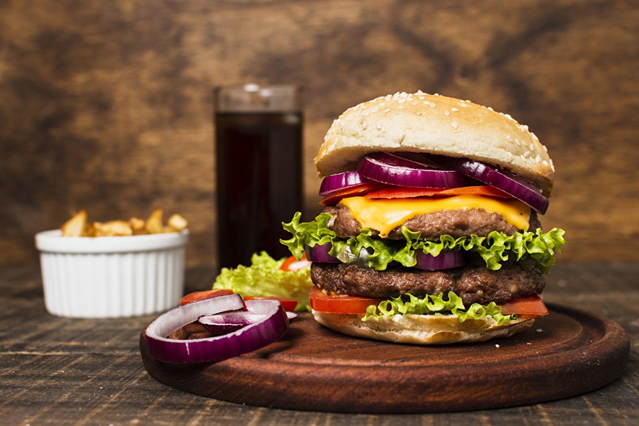 Обои для рабочего стола котлета Гамбургер Фастфуд Еда Овощи Разделочная доска Котлеты Быстрое питание Пища Продукты питания разделочной доске