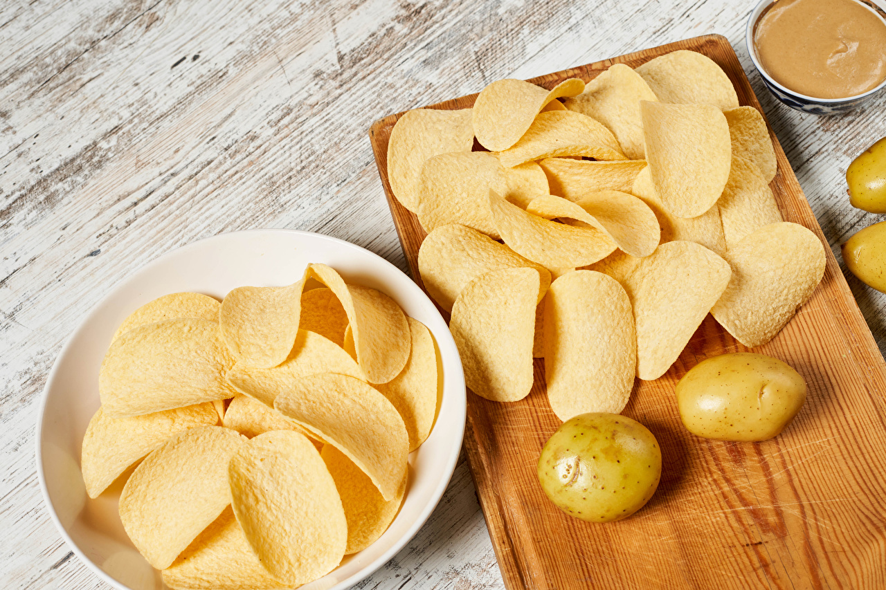 Картинка Чипсы картошка Продукты питания Разделочная доска Доски Картофель Еда Пища разделочной доске
