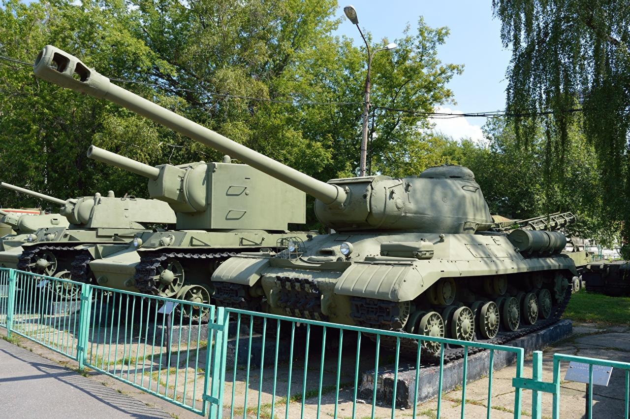 Картинка Танки Музей российские KV-2, Is-2 ограда Армия танк музеи Русские Забор забора забором военные