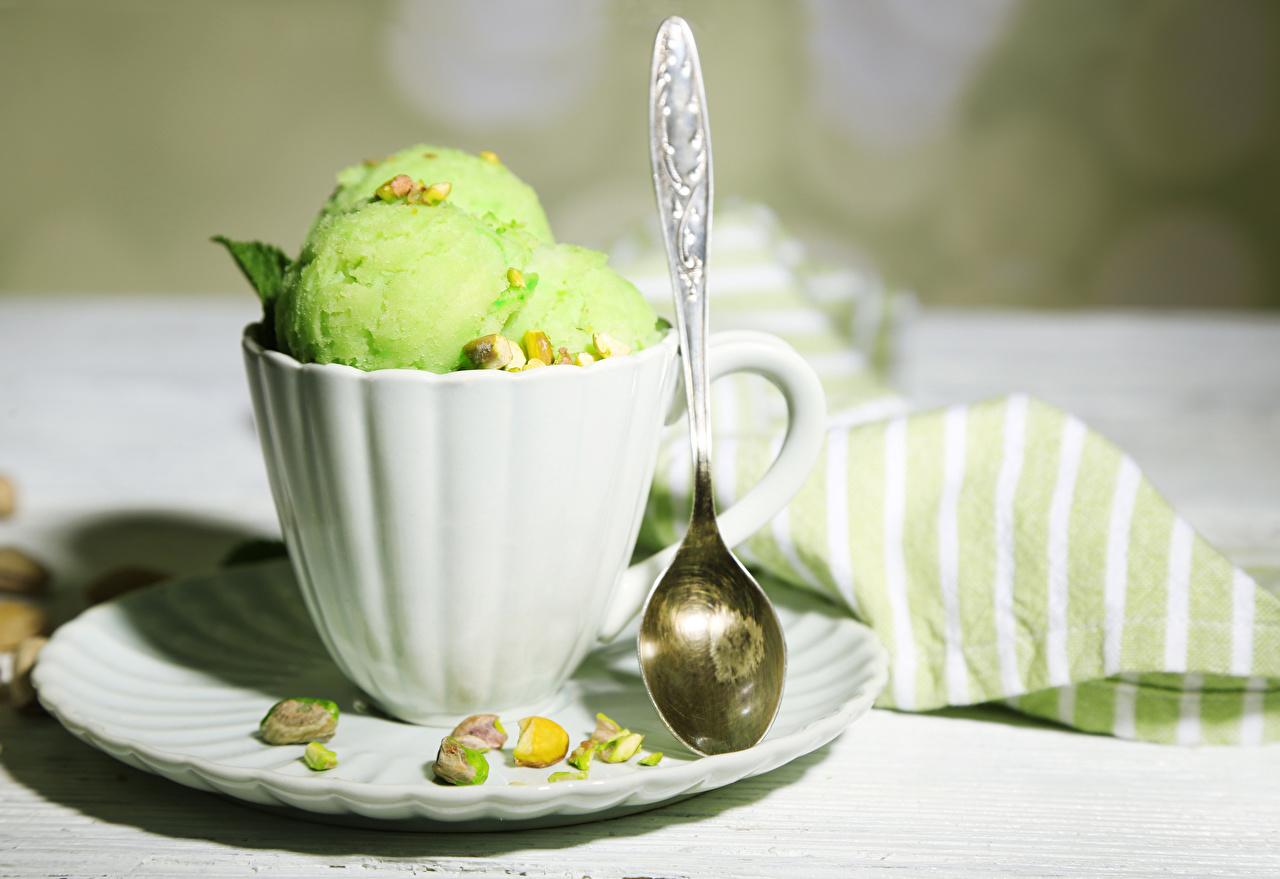 Фотографии Мороженое салатовые Пища Чашка ложки Шарики Орехи салатовая Салатовый желто зеленый Шар Еда чашке Ложка Продукты питания