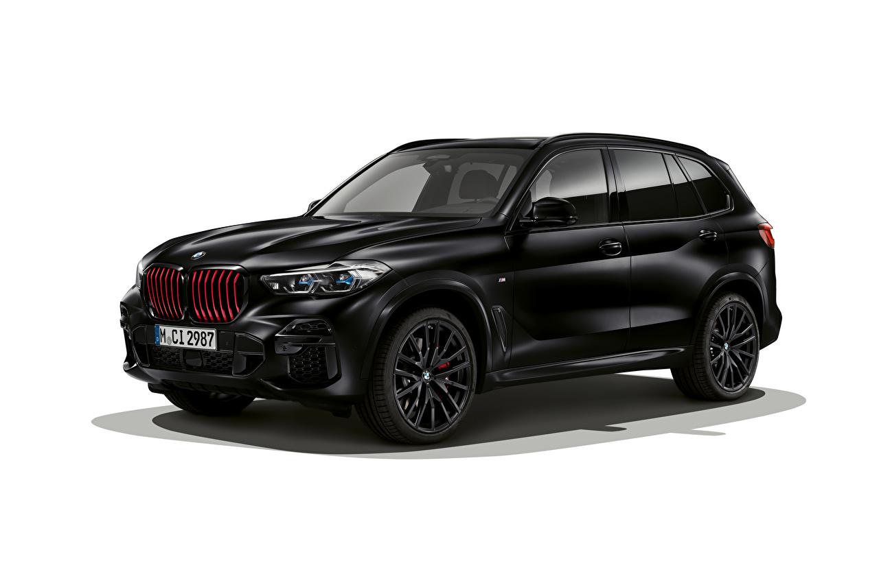 Фото БМВ CUV X5 M50i Edition Black Vermilion, (Worldwide), (G05), 2021 Черный Сбоку машины белом фоне BMW Кроссовер черная черные черных авто машина Автомобили автомобиль Белый фон белым фоном
