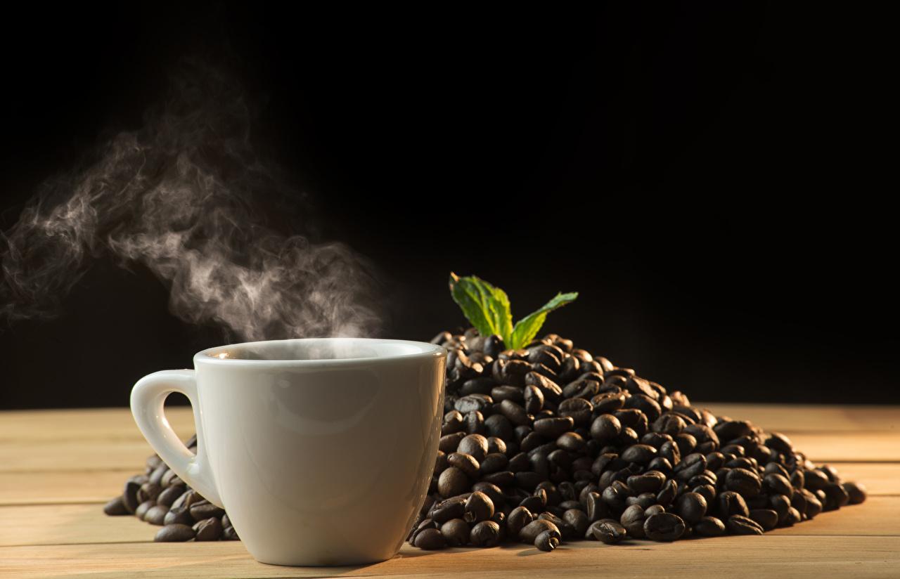 Картинки Кофе зерно пары Чашка Продукты питания на черном фоне Зерна Пар Еда Пища чашке паром Черный фон