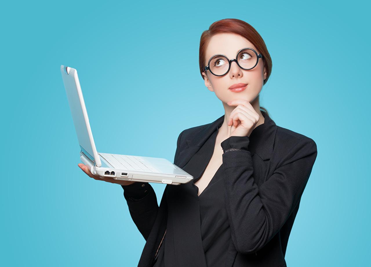 Обои для рабочего стола Ноутбуки рыжих девушка очках Взгляд Пиджак Цветной фон ноутбук рыжие Рыжая Девушки молодая женщина молодые женщины Очки очков смотрит смотрят