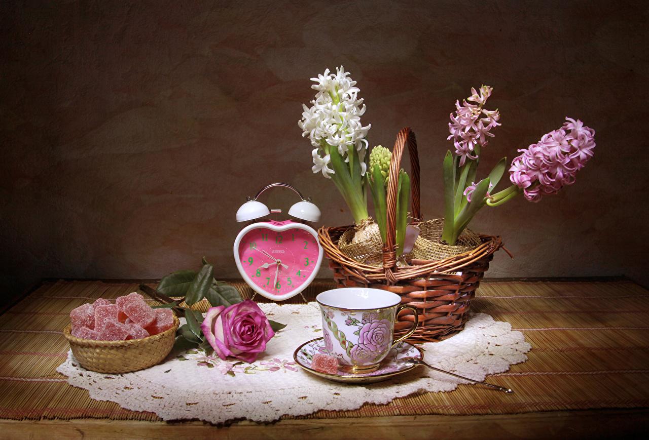 Обои для рабочего стола Розы Часы Мармелад цветок Корзина Еда чашке Гиацинты Натюрморт роза Цветы корзины Корзинка Пища Чашка Продукты питания