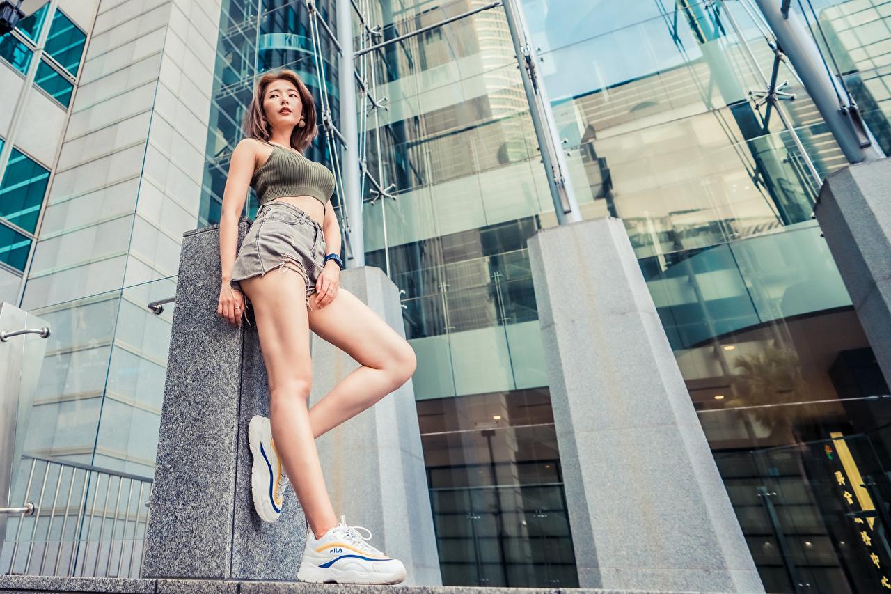 Фотография Поза кроссовках молодая женщина ног майке азиатка шорт позирует Девушки девушка Кроссовки молодые женщины Ноги майки Майка Азиаты азиатки Шорты шортах
