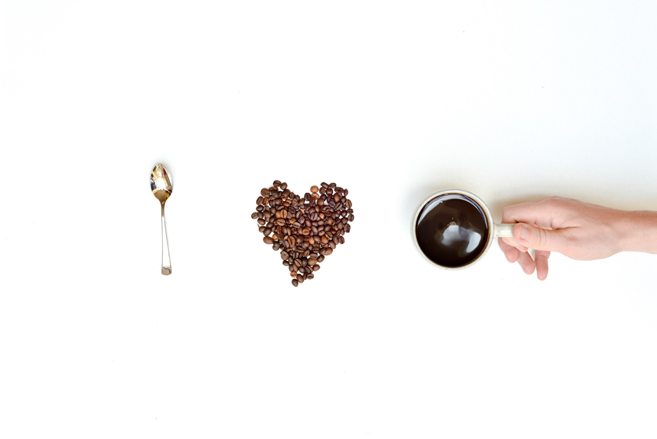 Картинка сердечко Кофе Зерна Пища Руки Ложка белом фоне серце Сердце сердца зерно Еда рука ложки Продукты питания Белый фон белым фоном