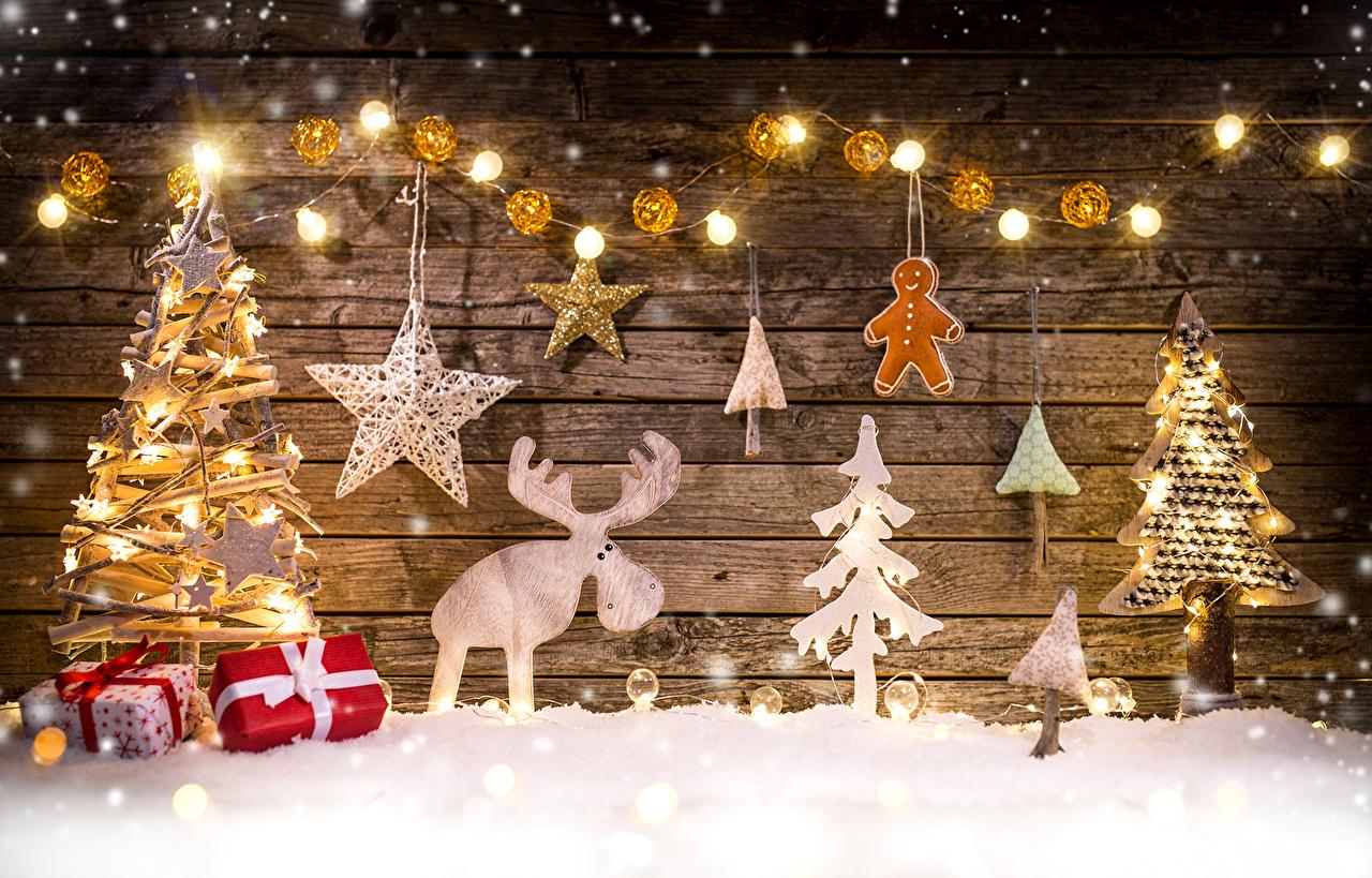 Фотография Лоси Рождество Елка снегу Подарки Электрическая гирлянда Праздники Новый год Новогодняя ёлка Снег снега снеге подарок подарков Гирлянда