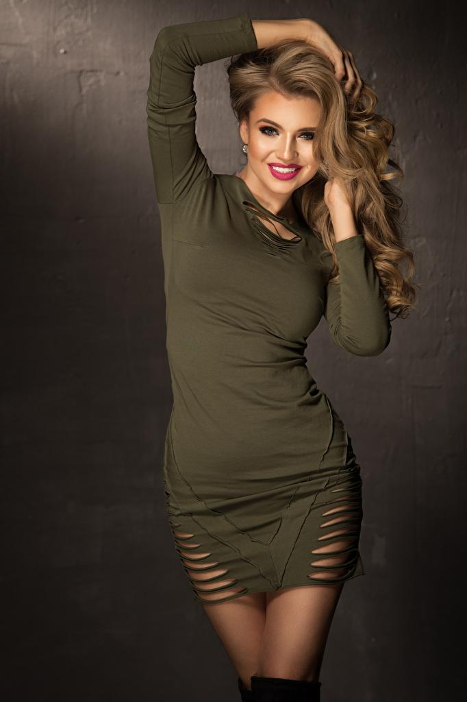 Картинки Шатенка улыбается Девушки Платье  для мобильного телефона шатенки Улыбка девушка молодые женщины молодая женщина платья