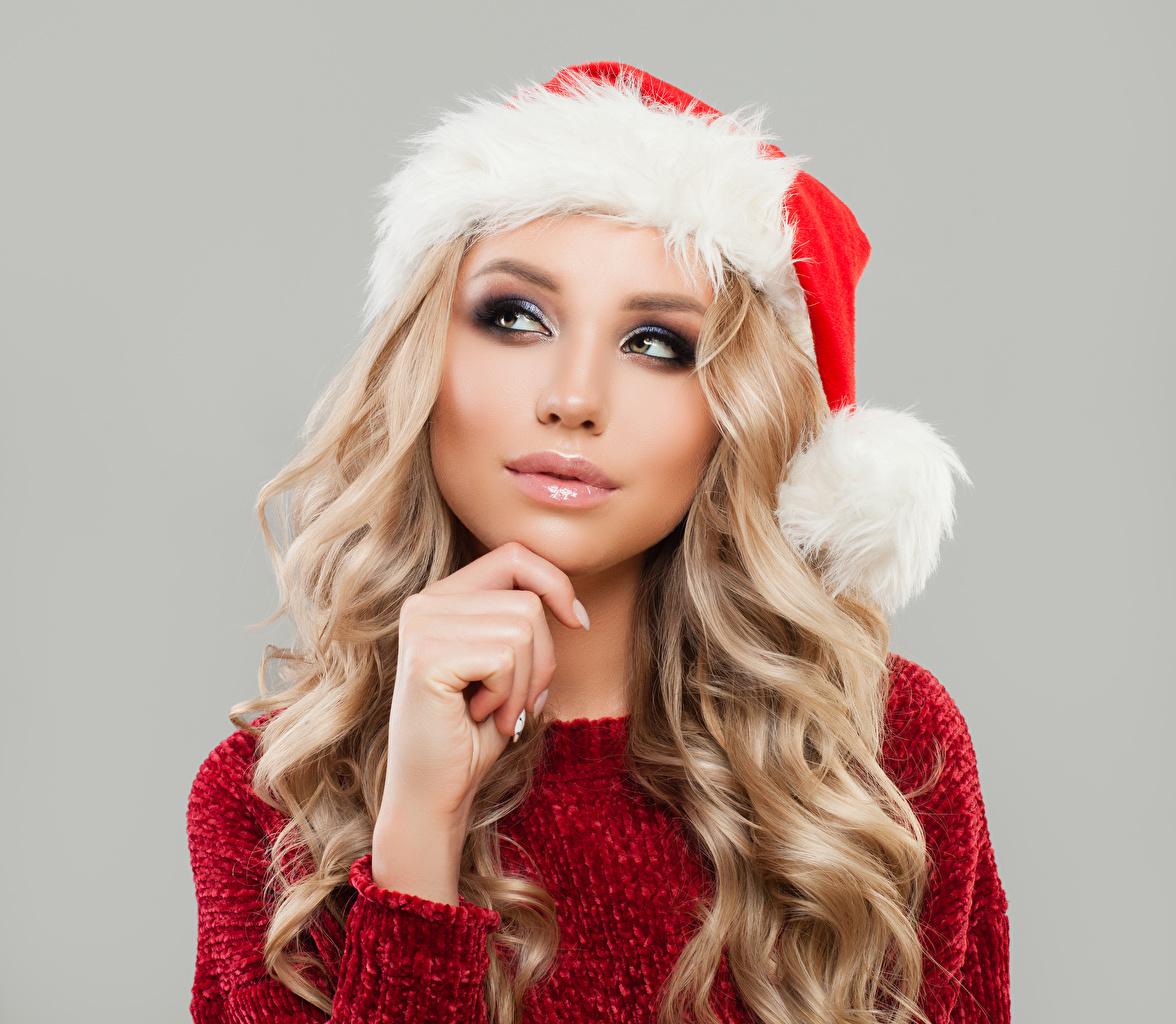 Фотографии блондинок Рождество лица Шапки молодая женщина смотрят Серый фон Новый год Блондинка блондинки Лицо шапка в шапке Девушки девушка молодые женщины Взгляд смотрит сером фоне