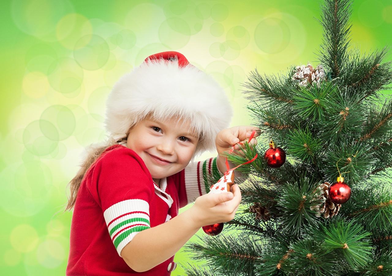 Фотография Девочки Новый год Улыбка Дети Шапки Новогодняя ёлка Шар Взгляд Цветной фон Рождество Ребёнок Елка Шарики смотрит