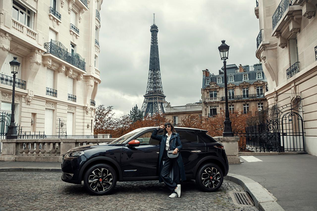 Картинка Париж Эйфелева башня Кроссовер DS 3 Crossback, 2020 молодые женщины Сбоку машина Металлик город париже CUV девушка Девушки молодая женщина авто машины Автомобили автомобиль Города