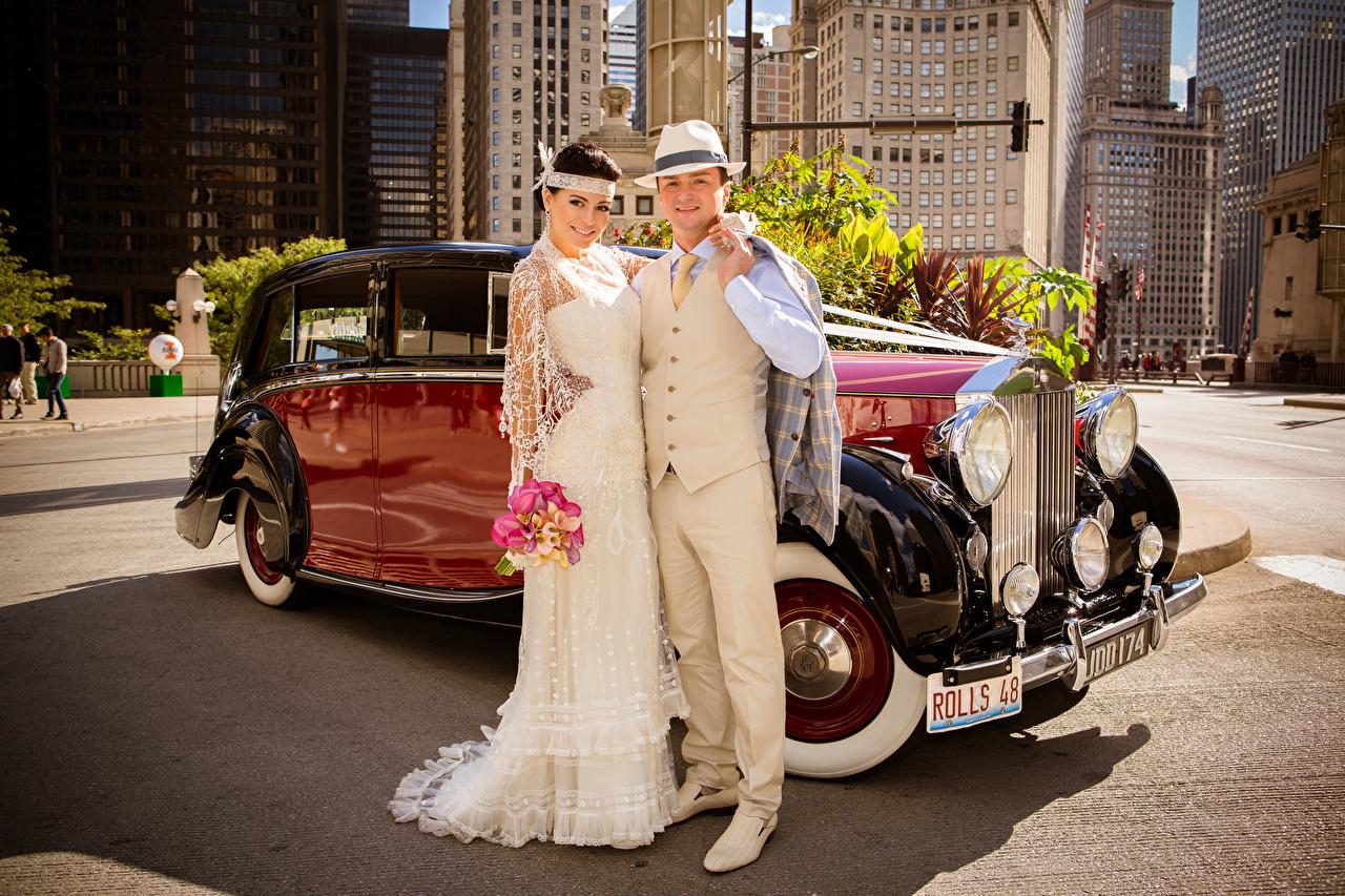 Картинка Жених Невеста Свадьба Мужчины Улыбка Двое Шляпа Девушки Объятие старинные 2 Ретро вдвоем Винтаж