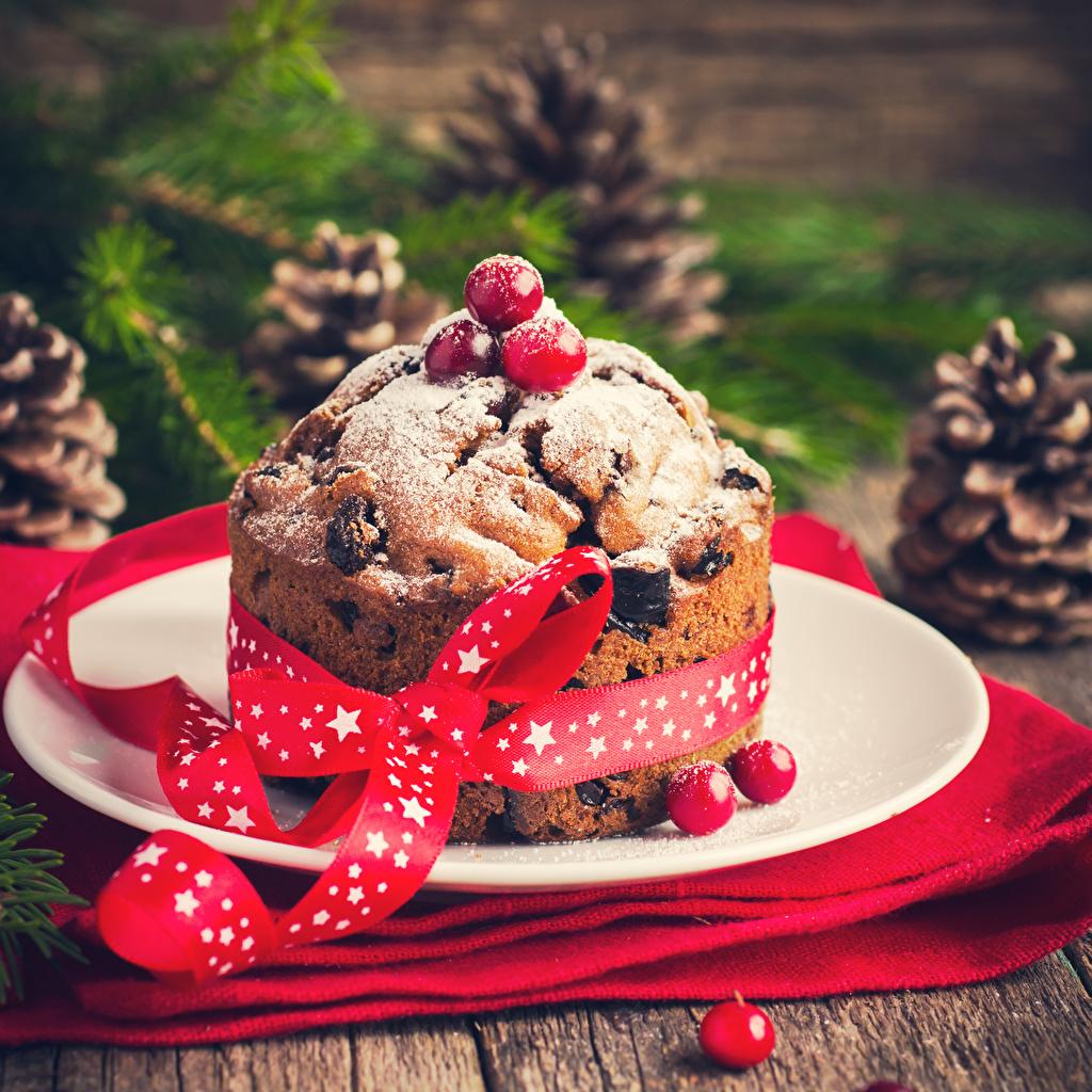 Картинка Рождество Кекс Еда Лента Ягоды Тарелка Новый год Пища тарелке ленточка Продукты питания