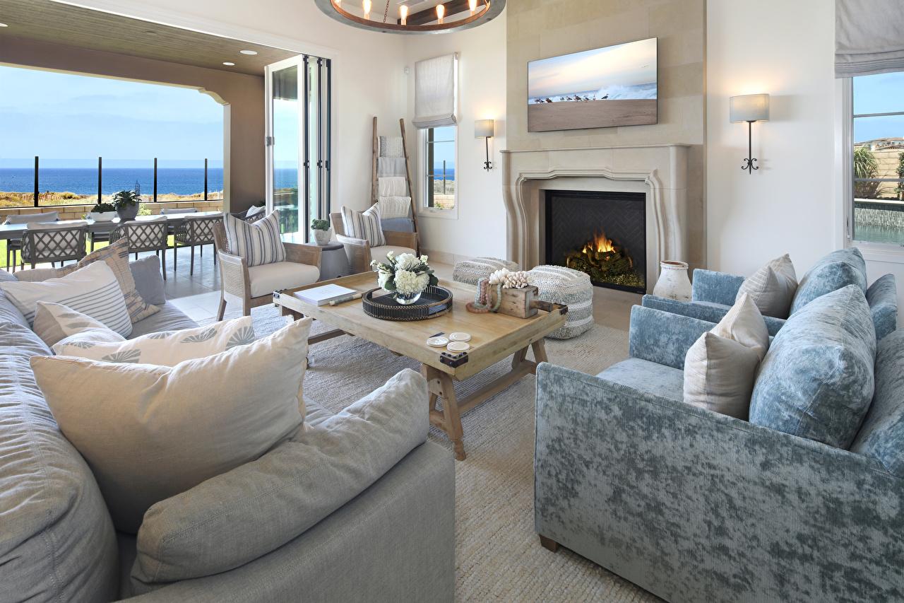 Картинка Гостиная камины Интерьер Диван Кресло Подушки Дизайн гостевая Камин камина диване подушка дизайна