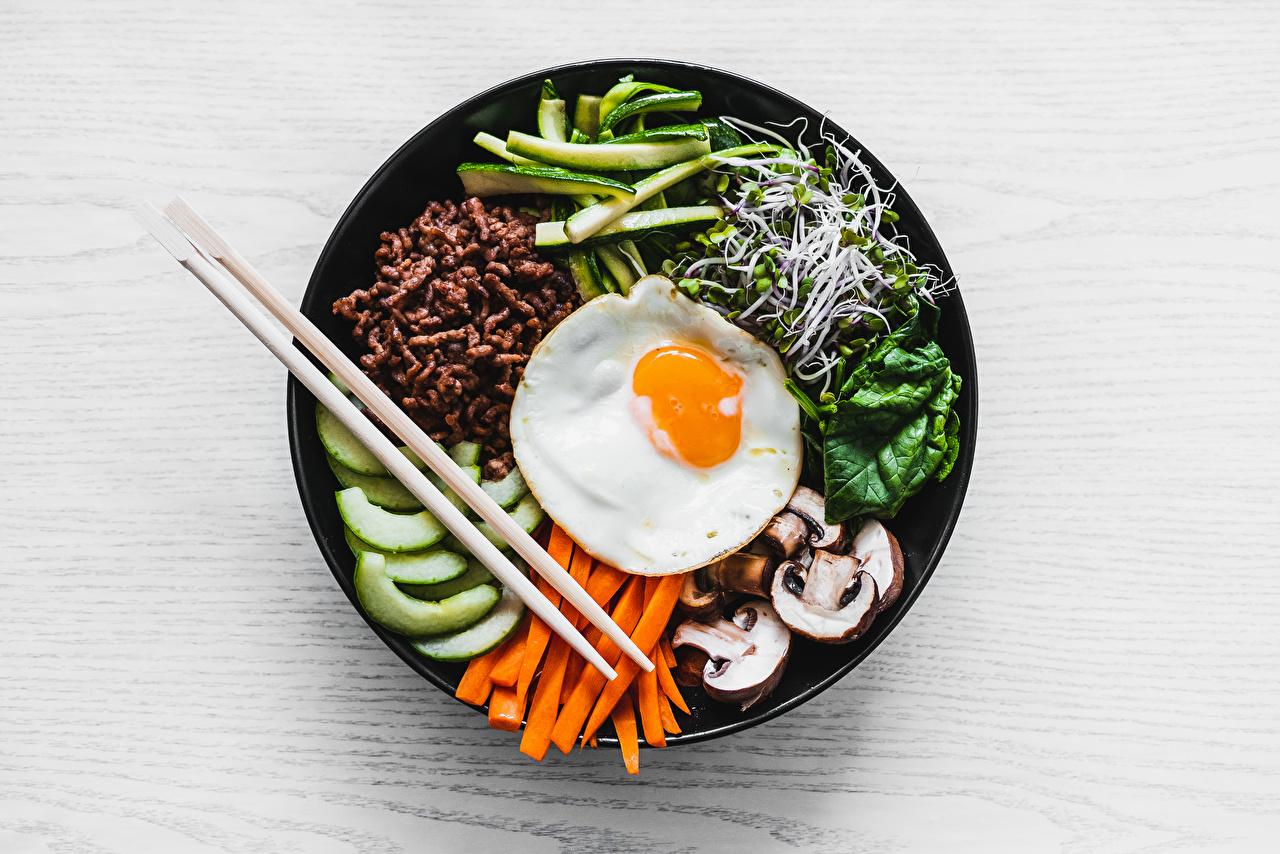 Фото Microgreen яичницы морковка Грибы Пища Тарелка нарезка Палочки для еды Яичница глазунья Морковь Еда тарелке Продукты питания Нарезанные продукты