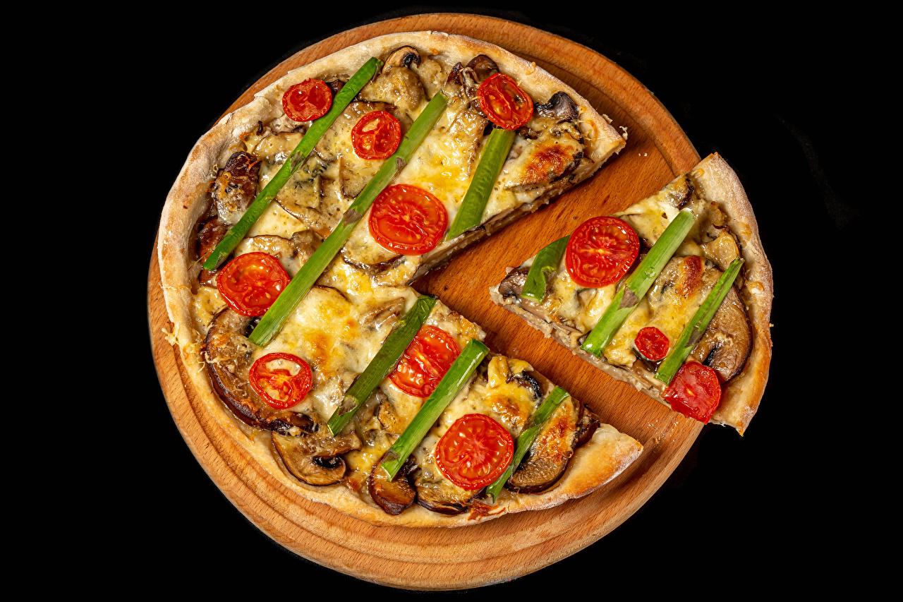 Фотография Пицца кусочки Еда Овощи Разделочная доска на черном фоне часть Кусок кусочек Пища Продукты питания разделочной доске Черный фон