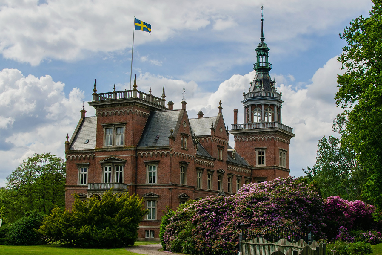Обои для рабочего стола Швеция Kulla Gunnarstorp Castle замок флага Кусты Города Замки Флаг город кустов