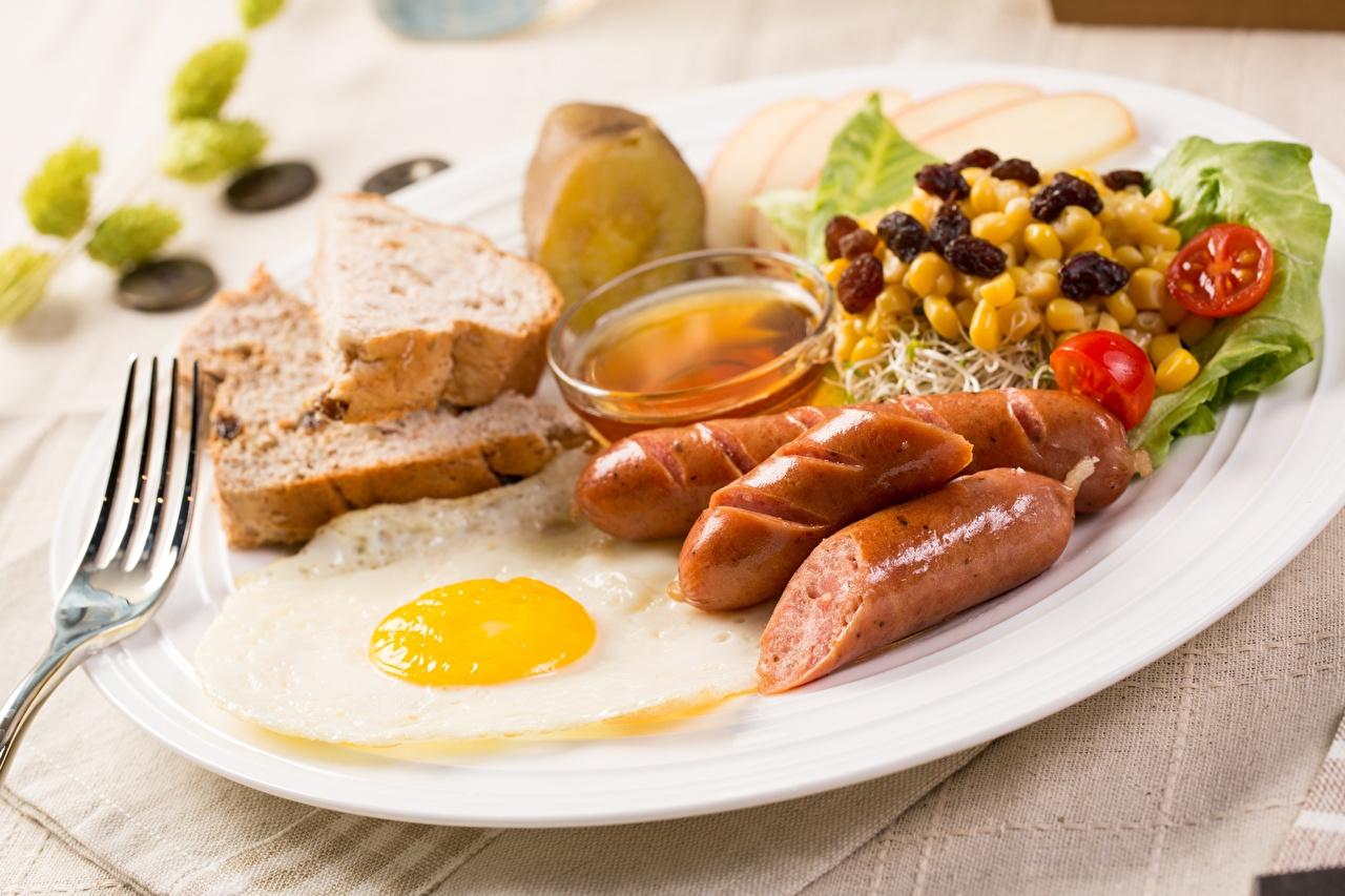 Фото Яичница Завтрак Сосиска Тарелка Вилка столовая Продукты питания Еда Пища
