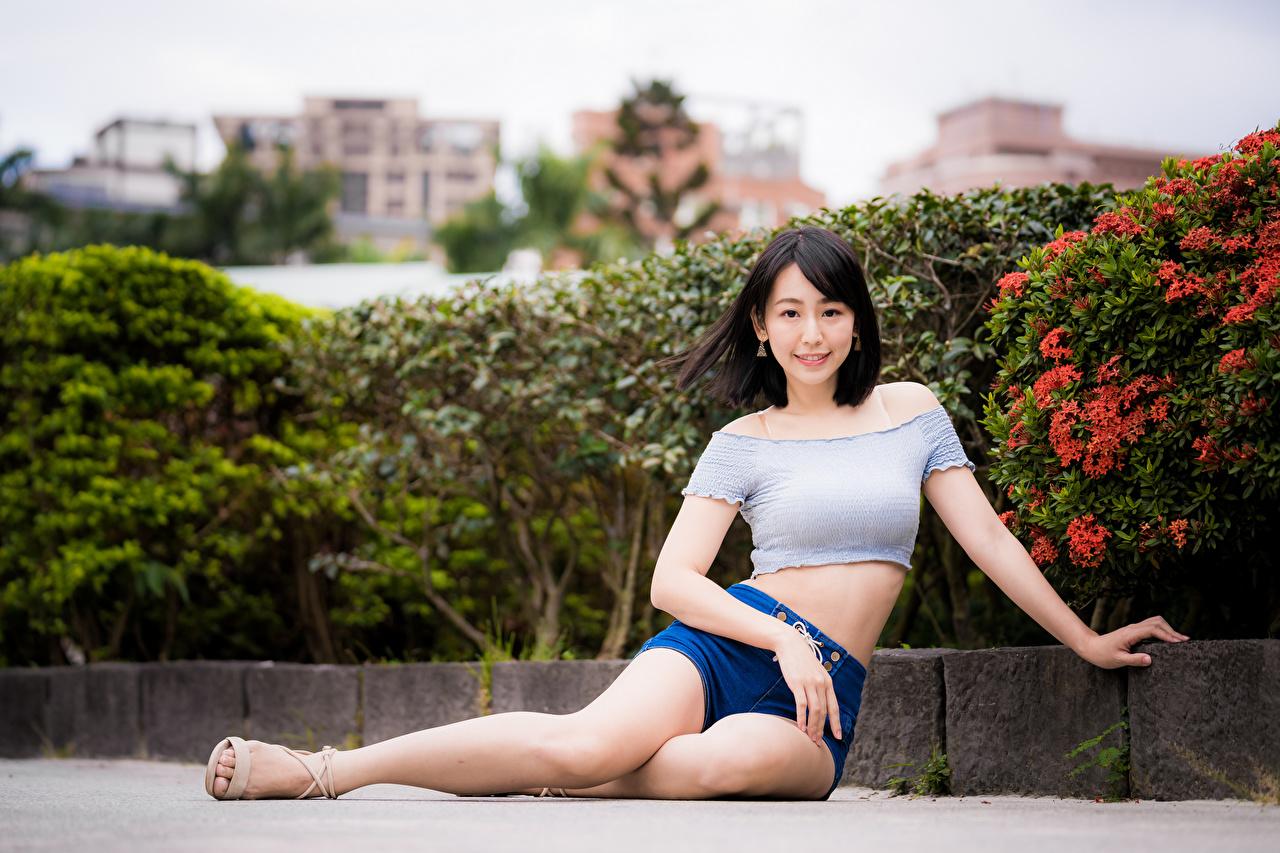Фотография футболке молодая женщина Ноги азиатки Сидит Шорты Взгляд Девушки девушка Футболка молодые женщины ног Азиаты азиатка шорт сидя шортах сидящие смотрит смотрят