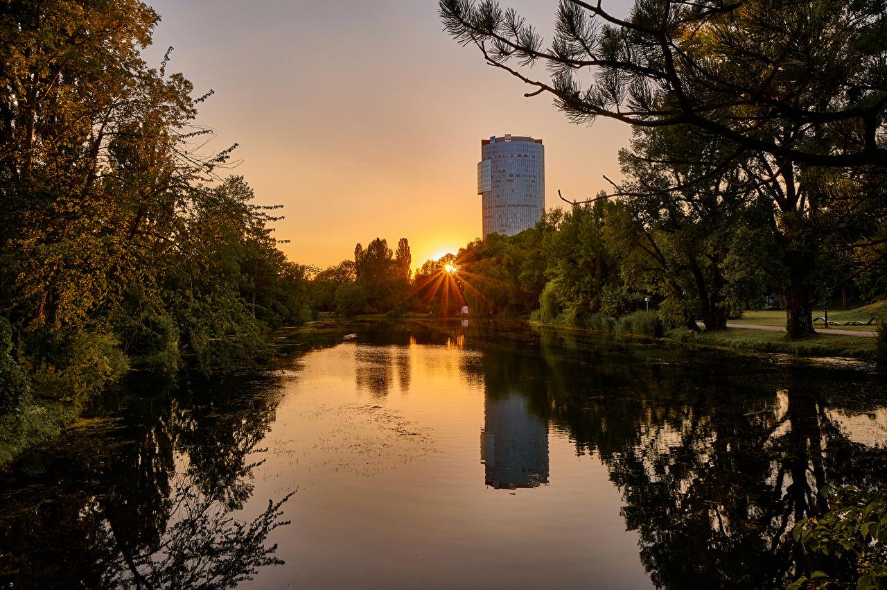 Фото Лучи света Вена Австрия Wasserpark Floridsdorf Природа парк Пруд Рассветы и закаты дерева Парки рассвет и закат дерево Деревья деревьев