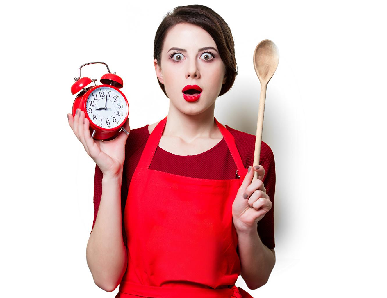 Картинки Шатенка Удивление Часы Девушки Будильник Ложка Белый фон Красные губы шатенки эмоции изумление ложки