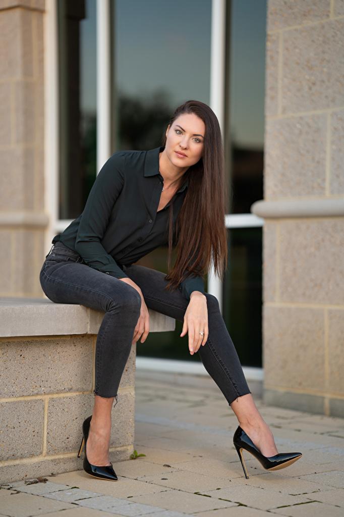 Картинки Natalia Larioshina фотомодель Рубашка Девушки джинсов Сидит смотрят Туфли  для мобильного телефона Модель рубашке рубашки девушка молодая женщина молодые женщины Джинсы сидя сидящие Взгляд смотрит туфель туфлях