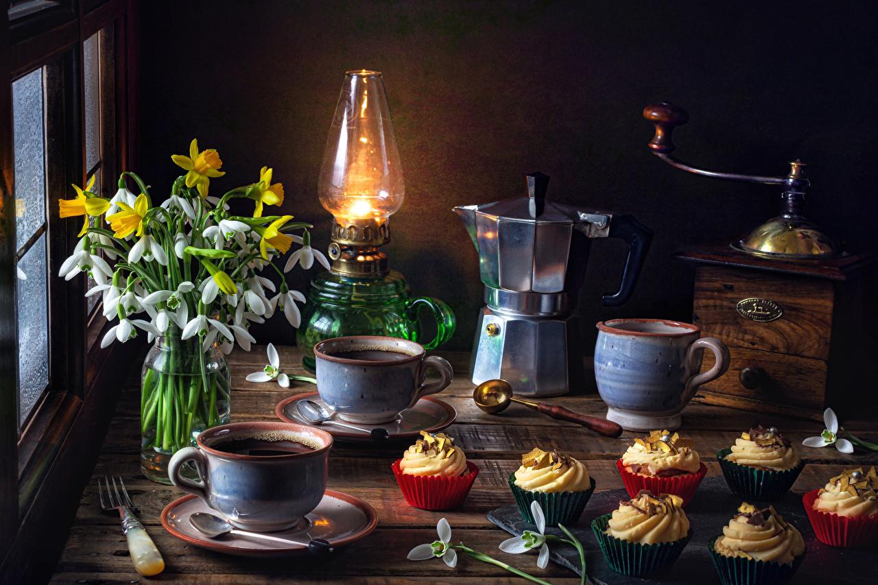 Картинка Кофемолка Кофе Керосиновая лампа Чайник цветок Галантус Нарциссы чашке Продукты питания Пирожное Натюрморт Цветы Подснежники Еда Пища Чашка