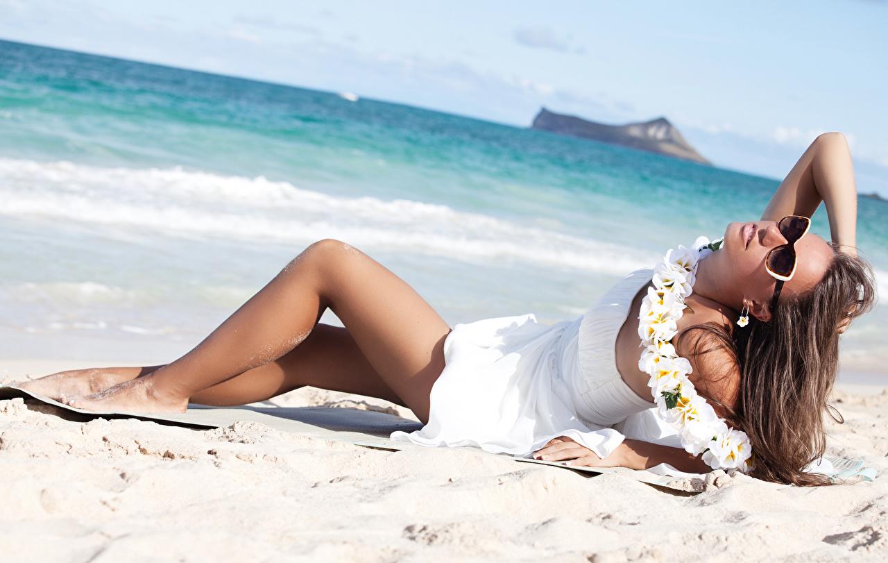 Картинка Шатенка Пляж молодые женщины Ноги очков платья шатенки пляжи пляже пляжа девушка Девушки молодая женщина ног Очки очках Платье