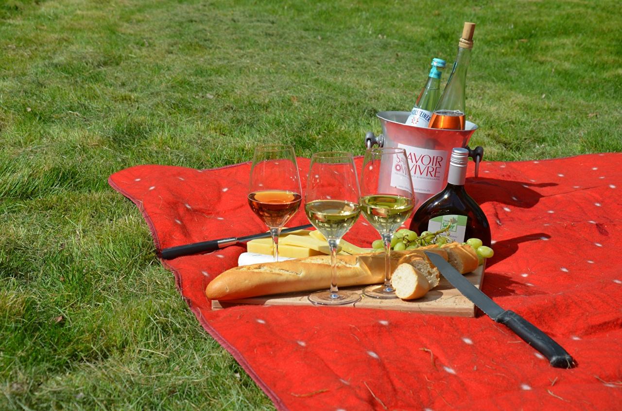 Обои для рабочего стола Пикник ножик Вино Хлеб Еда Трава Бокалы Бутылка пикнике Нож Пища траве бокал бутылки Продукты питания