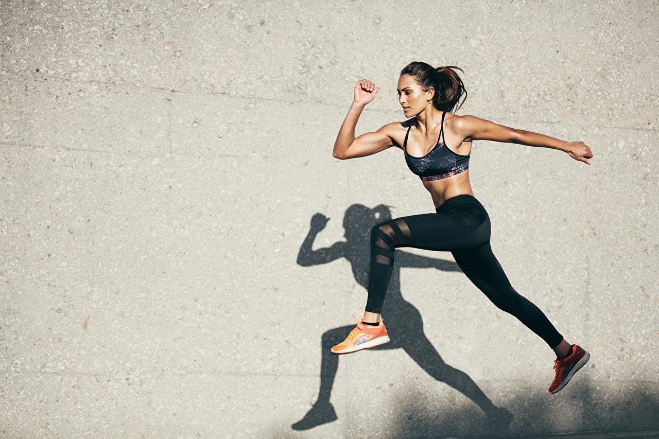 Фотографии Тень брюнеток Фитнес молодые женщины Ноги Прыжок Руки стены брюнетки Брюнетка девушка Девушки молодая женщина ног прыгает прыгать в прыжке рука стене Стена стенка