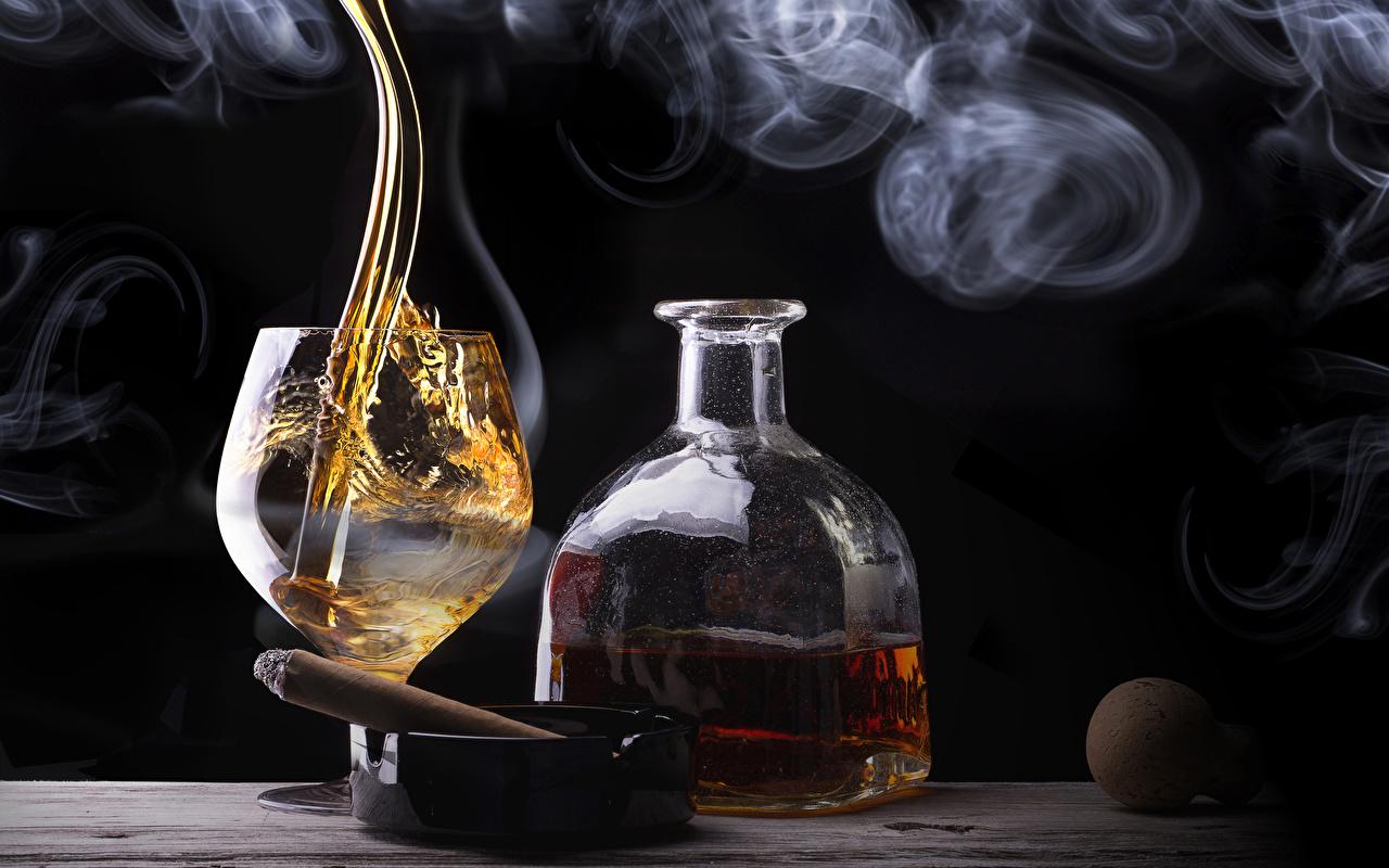 Картинка сигарой Алкогольные напитки Виски Еда Дым Бокалы Бутылка Сигара сигары Пища дымит бокал бутылки Продукты питания