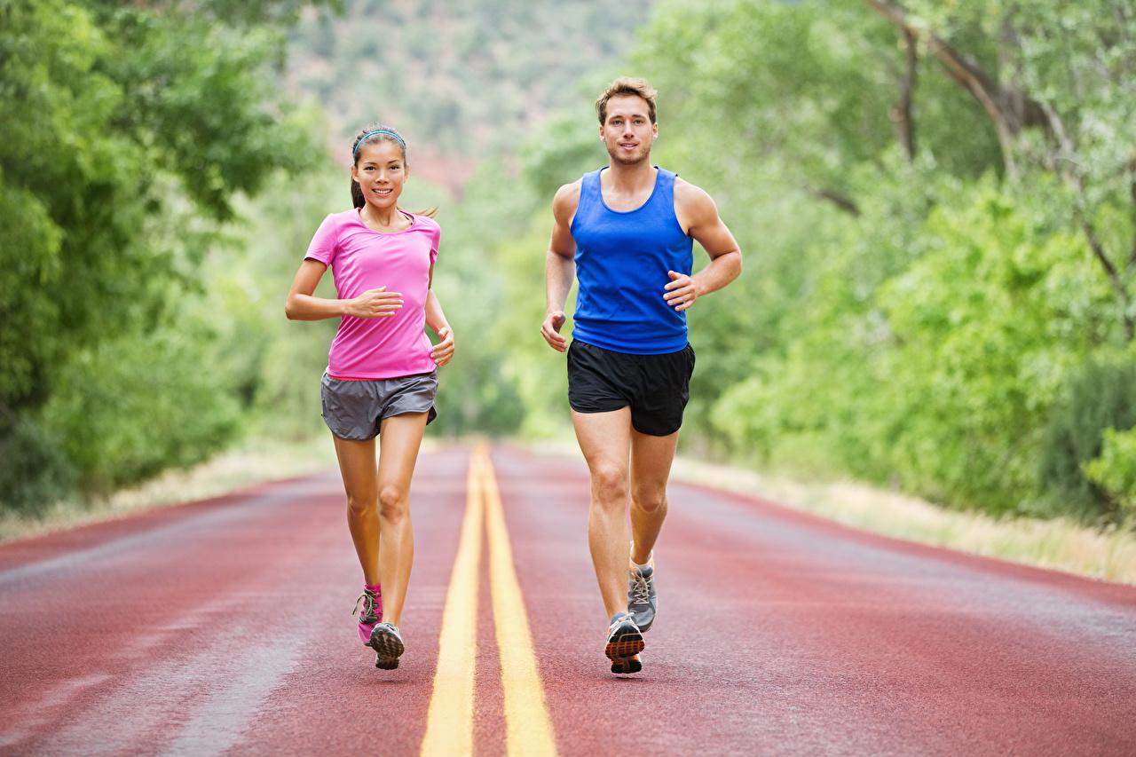 Фотография Мужчины физическое упражнение бежит Двое спортивная молодая женщина униформе мужчина Тренировка тренируется Бег бегущая бегущий 2 два две Спорт вдвоем девушка Девушки спортивные спортивный молодые женщины Униформа