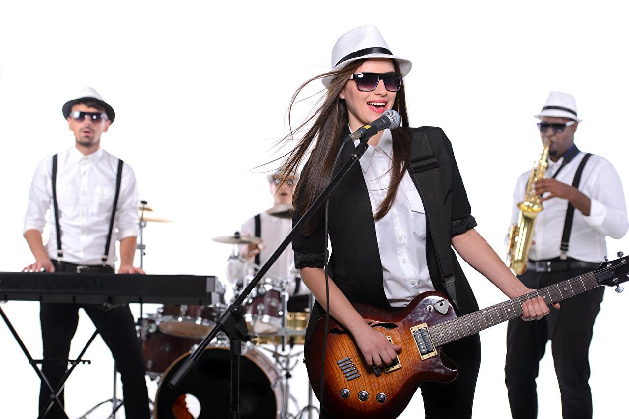 Картинки Брюнетка Гитара микрофоны шляпы Музыка Девушки Очки Белый фон Музыкальные инструменты брюнетки брюнеток гитары с гитарой Микрофон микрофоном Шляпа шляпе девушка молодая женщина молодые женщины очков очках белом фоне белым фоном