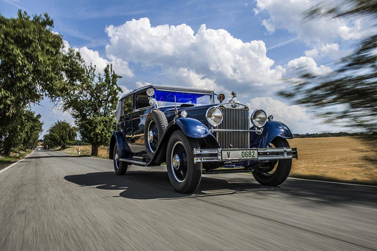 Фото Skoda 1932 860 Cabriolet Синий Ретро едущая машины Шкода синих синие синяя винтаж старинные едет едущий Движение скорость авто машина автомобиль Автомобили
