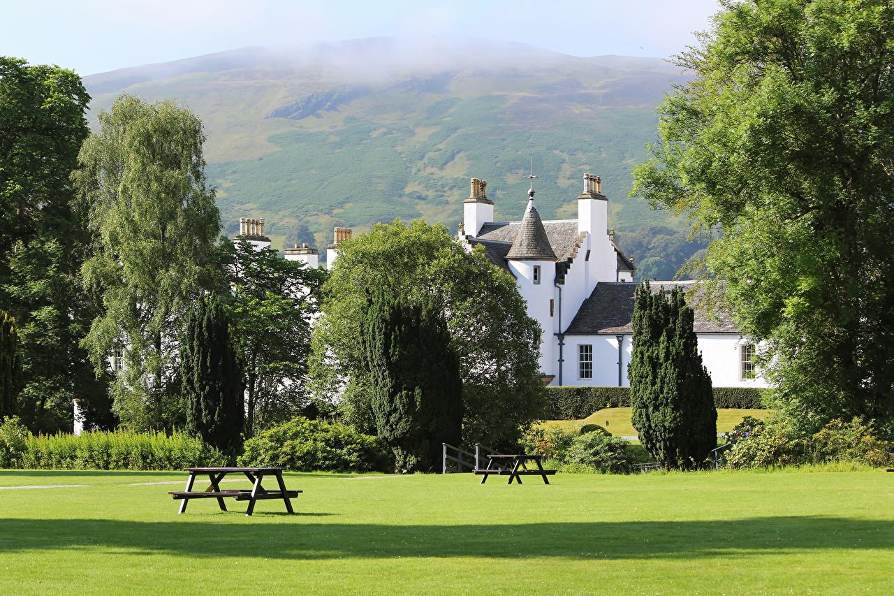 Картинки Шотландия Blair castle Park Природа Парки Скамья газоне Дома дерева парк Газон Скамейка Здания дерево Деревья деревьев