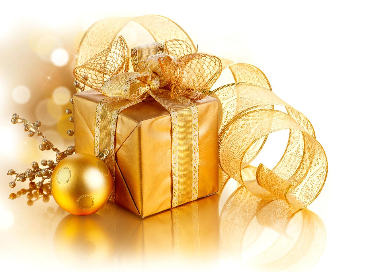 Фотографии Рождество Золотой Подарки Лента Шарики Белый фон Новый год Шар ленточка