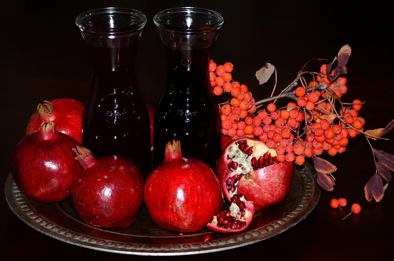 Картинки Сок Рябина Гранат Еда Ягоды Бутылка на ветке Пища Ветки ветка ветвь бутылки Продукты питания