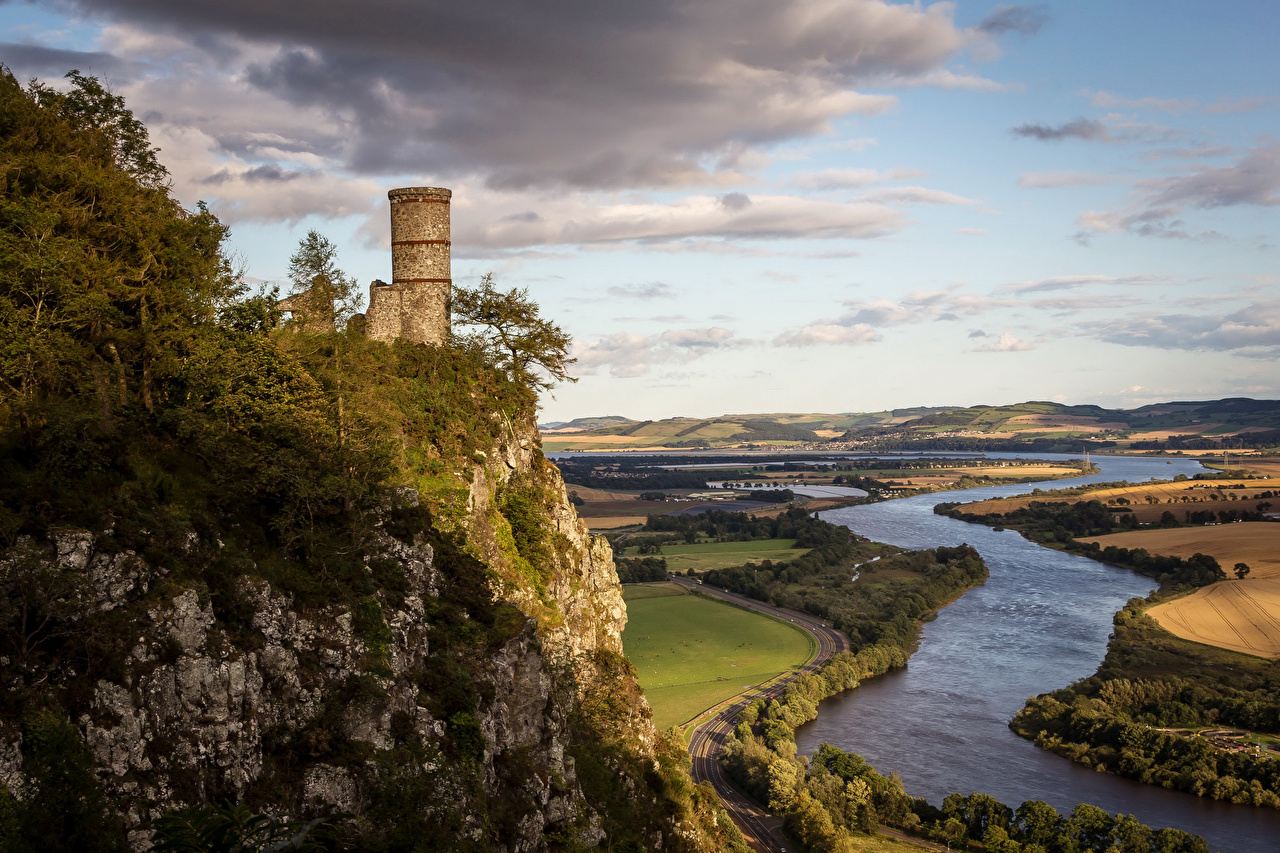 Картинка Шотландия башни Kinnoull Hill Tower Perth скалы Природа Поля речка Башня Утес Скала скале река Реки