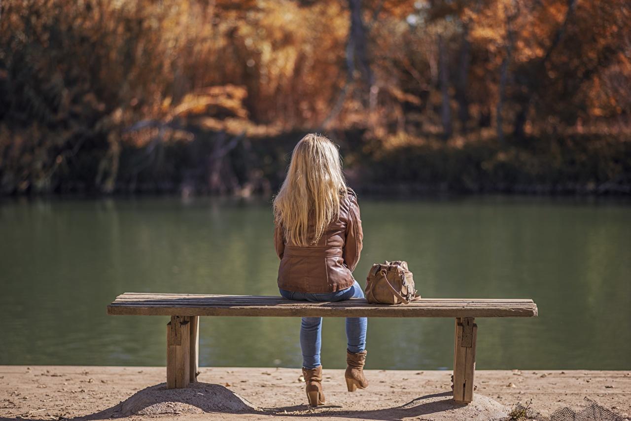 Фотографии блондинки Девушки куртках осенние Озеро Сумка Сидит Скамейка блондинок Блондинка Осень куртки Куртка куртке девушка молодые женщины молодая женщина сидя Скамья сидящие