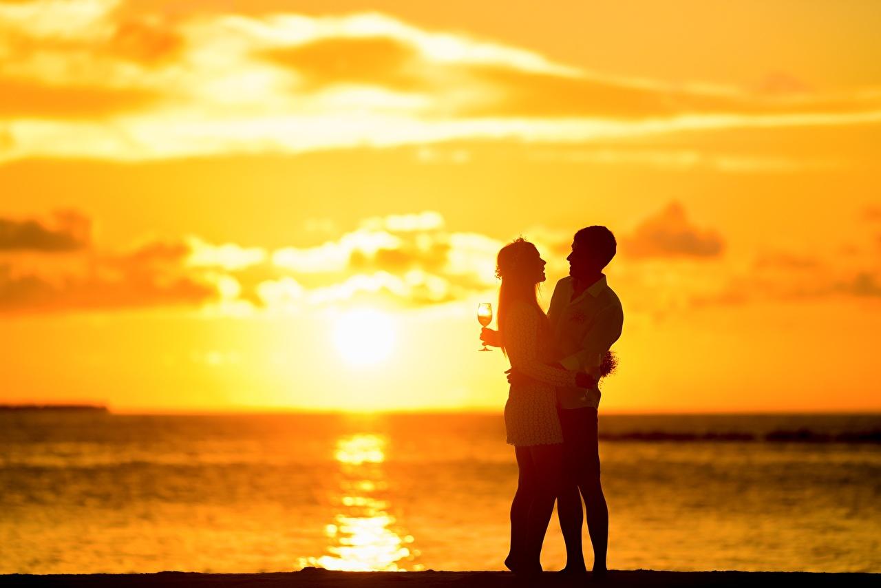 Картинка мужчина Влюбленные пары две Девушки обнимает Рассветы и закаты Бокалы Мужчины любовники 2 два Двое вдвоем девушка Объятие обнимаются молодые женщины молодая женщина рассвет и закат бокал