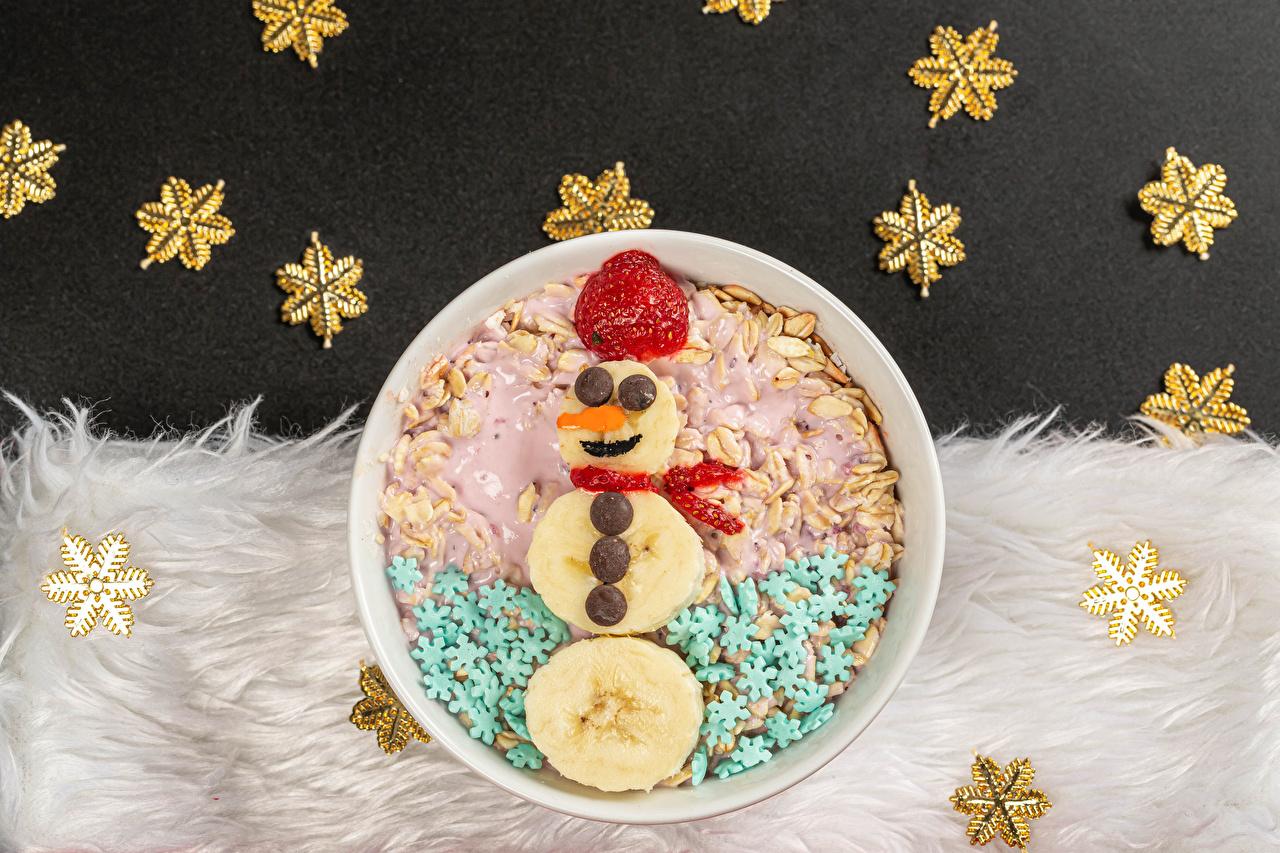 Фото Новый год Шоколад Снежинки Бананы Клубника снеговика оригинальные Пища Мюсли Рождество снежинка Креатив снеговик Снеговики креативные Еда Продукты питания