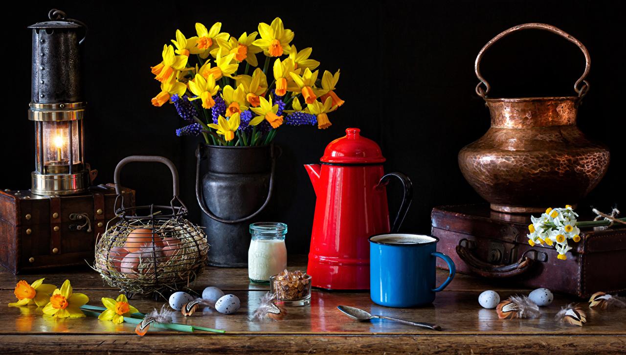 Фотографии Пасха Яйца цветок Нарциссы Еда вазы Свечи Кружка Натюрморт яиц яйцо яйцами Цветы вазе Ваза Пища кружки кружке Продукты питания