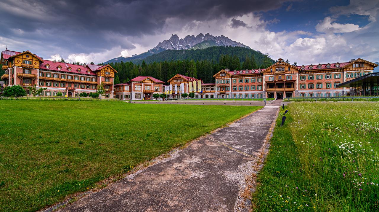 Обои для рабочего стола альп Италия Grand Hotel Toblach Горы Природа Гостиница Дома Альпы гора Отель отеля гостиницы Здания