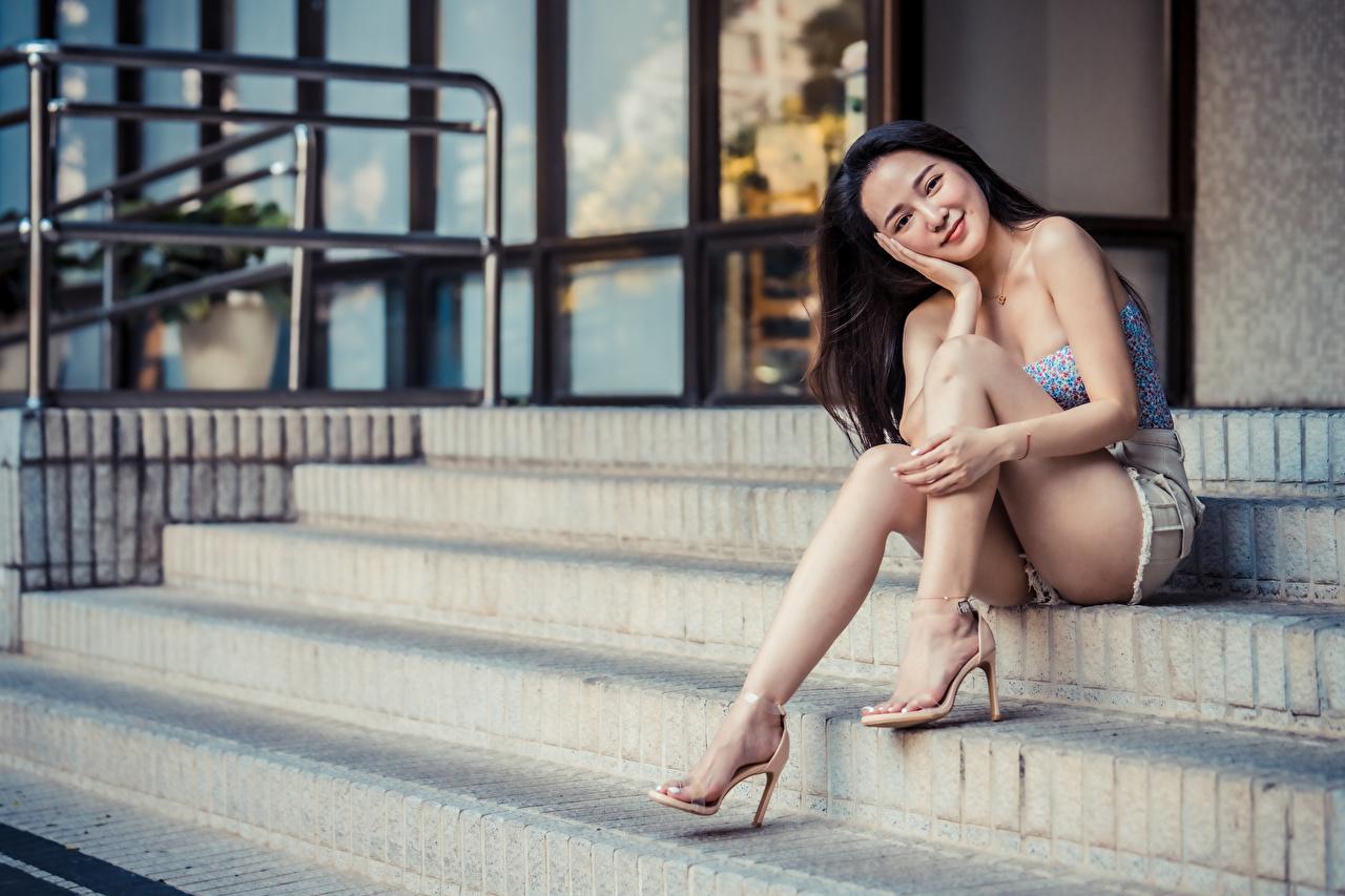 Фотография Улыбка Девушки Лестница ног Азиаты Сидит Взгляд улыбается девушка лестницы молодая женщина молодые женщины Ноги азиатки азиатка сидя сидящие смотрит смотрят